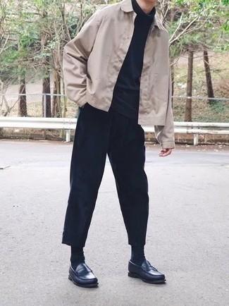 Comment porter une veste-chemise beige: Porte une veste-chemise beige et un pantalon chino bleu marine si tu recherches un look stylé et soigné. Jouez la carte classique pour les chaussures et fais d'une paire de des slippers en cuir bleu marine ton choix de souliers.