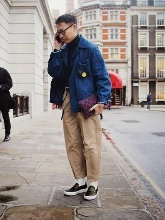 Comment porter une pochette en toile bleu marine: Porte une veste-chemise bleue et une pochette en toile bleu marine pour une tenue relax mais stylée. Une paire de des baskets à enfiler en cuir noires est une façon simple d'améliorer ton look.