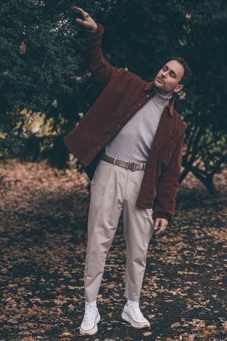 Comment porter un pantalon chino beige: Associer une veste-chemise marron avec un pantalon chino beige est une option parfait pour une journée au bureau. Pourquoi ne pas ajouter une paire de des baskets montantes en toile blanches à l'ensemble pour une allure plus décontractée?