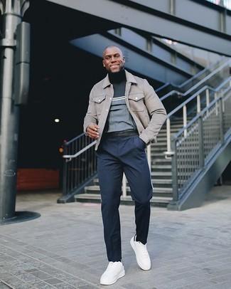 Comment porter une veste-chemise grise: Essaie de marier une veste-chemise grise avec un pantalon chino bleu marine pour prendre un verre après le travail. Pourquoi ne pas ajouter une paire de des baskets basses en toile blanches et noires à l'ensemble pour une allure plus décontractée?