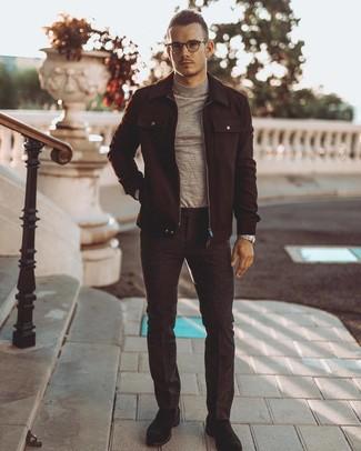 Comment porter: veste-chemise en laine noire, pull à col roulé gris, pantalon de costume en laine gris foncé, bottines chukka en daim noires