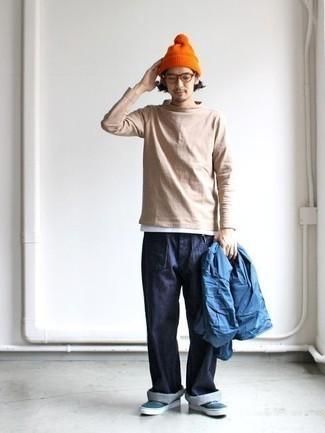 Comment porter un pull à col roulé marron clair: Associe un pull à col roulé marron clair avec un jean bleu marine pour obtenir un look relax mais stylé. Cette tenue est parfait avec une paire de des baskets basses en toile vert foncé.