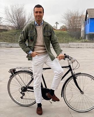 Comment s'habiller après 40 ans: Pour créer une tenue idéale pour un déjeuner entre amis le week-end, associe une veste-chemise brodée olive avec un jean blanc. Une paire de mocassins à pampilles en daim marron est une façon simple d'améliorer ton look.