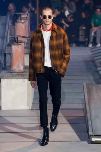 Comment porter: veste-chemise en laine tabac, pull torsadé blanc, polo rouge, pantalon chino noir