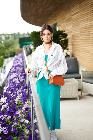 Comment porter: veste-chemise blanche, robe longue en soie bleu canard, baskets basses blanches, sac bandoulière en cuir tabac