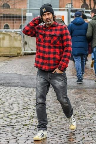 Comment porter: veste-chemise à carreaux rouge et noir, jean gris foncé, baskets basses en cuir beiges, bonnet noir