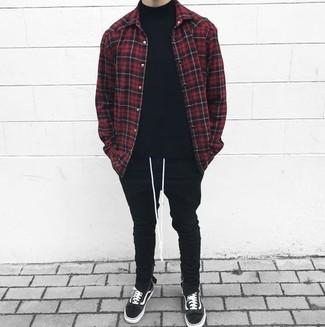 Comment porter: veste-chemise à carreaux rouge et noir, pull à col roulé noir, pantalon de jogging noir, baskets basses en daim noires