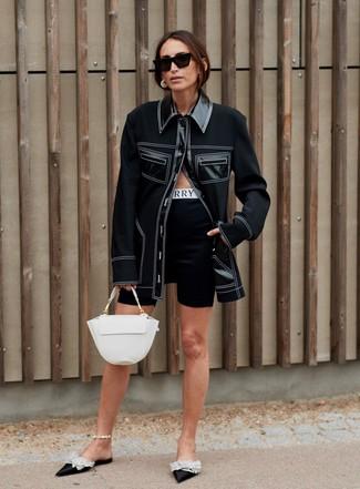 Comment porter: veste-chemise noire, short cycliste noir, mules en satin ornées noires, cartable en cuir blanc
