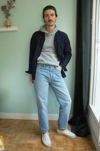 Comment s'habiller au printemps: Pense à marier une veste-chemise bleu marine avec un jean bleu clair pour un déjeuner le dimanche entre amis. Si tu veux éviter un look trop formel, complète cet ensemble avec une paire de baskets basses en toile blanches. Ce look est une super idée pour cette saison.