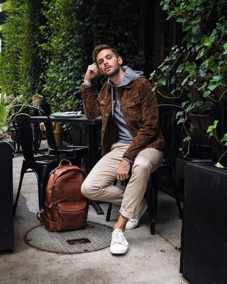 Comment porter: veste-chemise en daim marron, sweat à capuche gris, pantalon chino beige, baskets basses blanches