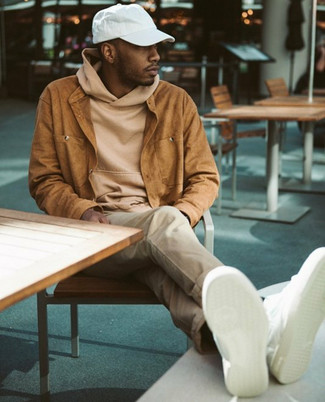 Comment porter: veste-chemise en daim tabac, sweat à capuche marron clair, pantalon chino beige, baskets basses en cuir blanches