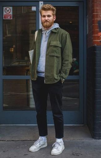 Comment porter une veste-chemise vert foncé: Pense à associer une veste-chemise vert foncé avec un pantalon chino noir pour achever un look habillé mais pas trop. Tu veux y aller doucement avec les chaussures? Opte pour une paire de des baskets basses en cuir blanches pour la journée.
