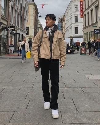 Comment porter un pantalon chino en velours côtelé noir: Harmonise une veste-chemise marron clair avec un pantalon chino en velours côtelé noir pour aller au bureau. Une paire de des baskets basses en cuir blanches apporte une touche de décontraction à l'ensemble.