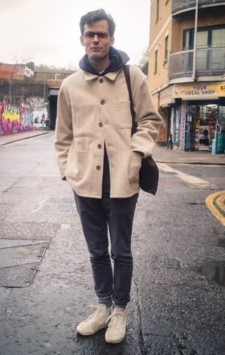 Une veste-chemise à porter avec un pantalon chino gris foncé: Associe une veste-chemise avec un pantalon chino gris foncé pour achever un look habillé mais pas trop. D'une humeur créatrice? Assortis ta tenue avec une paire de des baskets montantes en toile beiges.