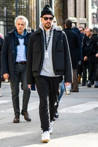 Comment porter un pull gris: Associe un pull gris avec un pantalon de jogging noir pour une tenue relax mais stylée. D'une humeur audacieuse? Complète ta tenue avec une paire de des baskets basses en cuir blanches.