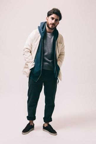 Tendances mode hommes: Pense à harmoniser une veste-chemise beige avec un pantalon de jogging bleu canard pour obtenir un look relax mais stylé. Cette tenue se complète parfaitement avec une paire de des baskets basses en toile noires.