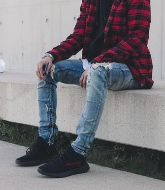 Comment porter: veste-chemise à carreaux rouge et noir, sweat à capuche noir, t-shirt à col rond blanc, jean skinny déchiré bleu
