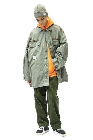 Comment porter un sweat à capuche orange: Pense à associer un sweat à capuche orange avec un pantalon chino en velours côtelé vert foncé pour un déjeuner le dimanche entre amis. Termine ce look avec une paire de des baskets basses en toile noires et blanches.