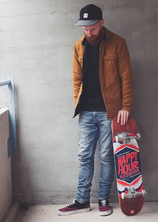 Tendances mode hommes: Pour une tenue de tous les jours pleine de caractère et de personnalité pense à marier une veste-chemise tabac avec un jean bleu clair. Tu veux y aller doucement avec les chaussures? Assortis cette tenue avec une paire de des baskets basses en toile pourpres pour la journée.