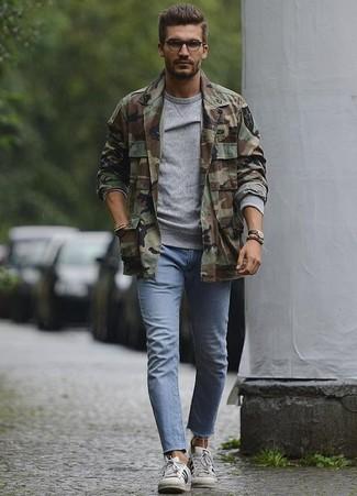 Comment porter: veste-chemise camouflage olive, sweat-shirt gris, jean skinny bleu clair, baskets basses en cuir blanches