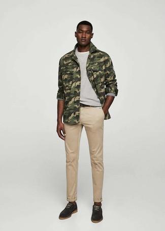 Comment porter: veste-chemise camouflage olive, sweat-shirt gris, t-shirt à col rond blanc, jean marron clair