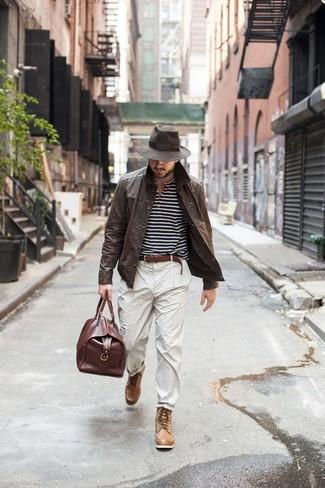 Pense à opter pour une veste-chemise en cuir marron foncé et un pantalon chino beige si tu recherches un look stylé et soigné. Une paire de des bottes de loisirs en cuir brunes claires s'intégrera de manière fluide à une grande variété de tenues.