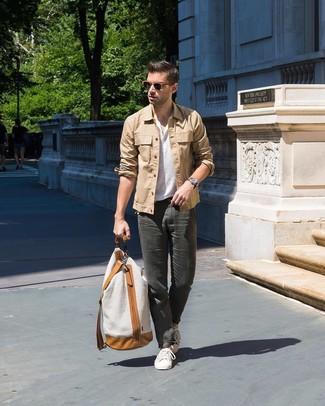 Comment porter une veste-chemise marron clair: Essaie de marier une veste-chemise marron clair avec un pantalon chino gris foncé pour créer un look chic et décontracté. Si tu veux éviter un look trop formel, opte pour une paire de des baskets basses blanches.