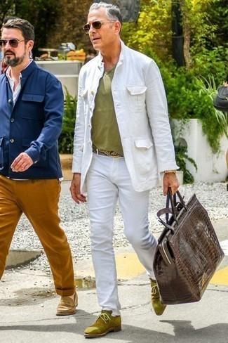 Comment porter des bottines chukka en daim olive: Harmonise une veste-chemise blanche avec un pantalon chino blanc pour prendre un verre après le travail. Cette tenue est parfait avec une paire de des bottines chukka en daim olive.