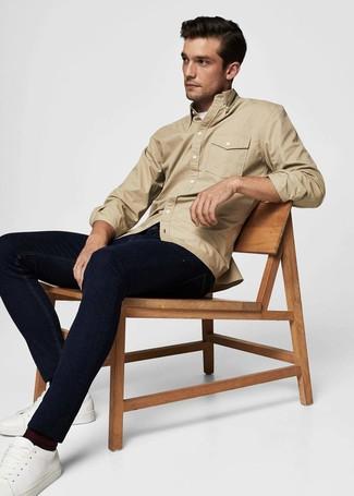 Comment porter: veste-chemise marron clair, t-shirt à col rond blanc, jean bleu marine, baskets basses en cuir blanches