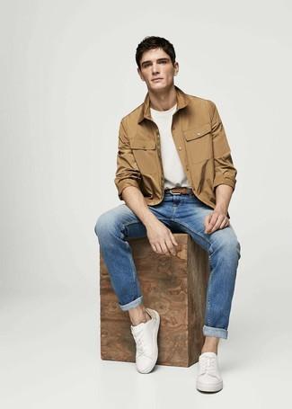 Comment porter: veste-chemise marron clair, t-shirt à col rond blanc, jean bleu, baskets basses en cuir blanches