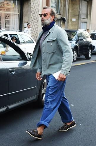 Comment porter: veste-chemise vert menthe, t-shirt à col rond gris, jean bleu, chaussures bateau en cuir noires