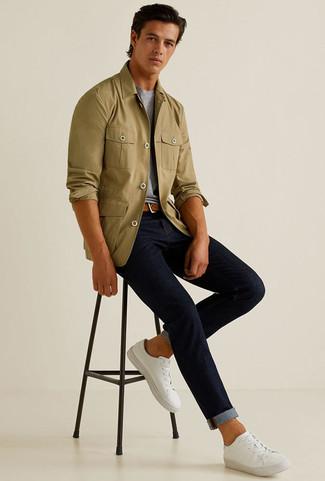Comment porter: veste-chemise olive, t-shirt à col rond gris, jean bleu marine, baskets basses en toile blanches