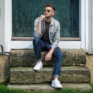 Comment porter: veste-chemise à rayures verticales bleu clair, t-shirt à col rond olive, jean bleu marine, baskets basses blanches