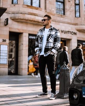 Comment porter: veste-chemise en flanelle écossaise blanche et noire, t-shirt à col rond blanc, jean noir, baskets basses en toile noires et blanches