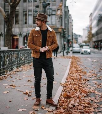 Comment porter un chapeau en laine marron: Pour une tenue aussi confortable que ton canapé, essaie de marier une veste-chemise tabac avec un chapeau en laine marron. Opte pour une paire de des bottes de loisirs en cuir marron pour afficher ton expertise vestimentaire.