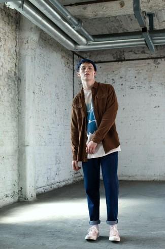 Comment porter: veste-chemise marron, t-shirt à col rond imprimé blanc et bleu, jean bleu, baskets basses en toile blanches