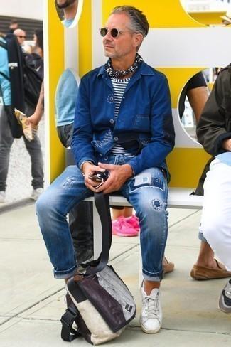 Comment porter un bandana: Associe une veste-chemise bleu marine avec un bandana pour une tenue relax mais stylée. Fais d'une paire de des baskets basses en cuir blanches ton choix de souliers pour afficher ton expertise vestimentaire.