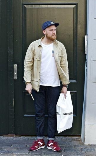 Comment porter une veste-chemise beige: Pour une tenue de tous les jours pleine de caractère et de personnalité harmonise une veste-chemise beige avec un jean bleu marine. Tu veux y aller doucement avec les chaussures? Fais d'une paire de des chaussures de sport rouge et blanc ton choix de souliers pour la journée.