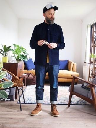 Comment porter des bottes de loisirs en daim marron: Pour créer une tenue idéale pour un déjeuner entre amis le week-end, choisis une veste-chemise bleu marine et un jean bleu marine. Une paire de des bottes de loisirs en daim marron est une option avisé pour complèter cette tenue.