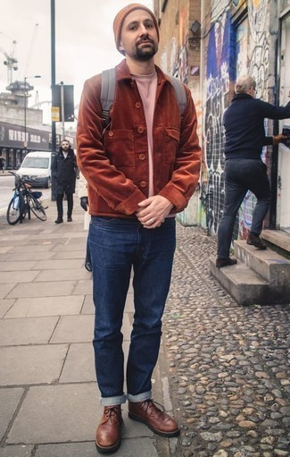 Comment porter des bottines chukka en cuir marron: Pour une tenue de tous les jours pleine de caractère et de personnalité pense à opter pour une veste-chemise en velours côtelé tabac et un jean bleu marine. Cet ensemble est parfait avec une paire de des bottines chukka en cuir marron.