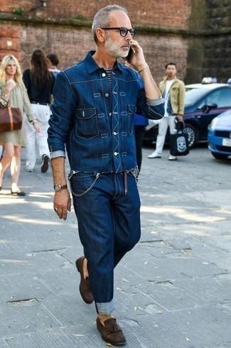 Comment porter un t-shirt à col rond avec un jean: Choisis un t-shirt à col rond et un jean pour une tenue relax mais stylée. Transforme-toi en bête de mode et fais d'une paire de des mocassins à pampilles en daim marron foncé ton choix de souliers.