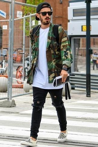 Comment porter un t-shirt à col rond avec un jean: Pense à porter un t-shirt à col rond et un jean pour un look idéal le week-end. Habille ta tenue avec une paire de des baskets à enfiler en toile à carreaux noires et blanches.