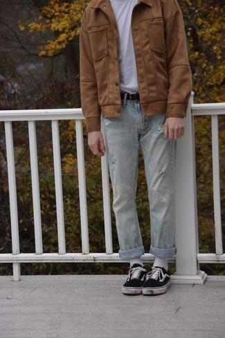 Comment porter un jean déchiré bleu clair: Pour créer une tenue idéale pour un déjeuner entre amis le week-end, essaie de marier une veste-chemise marron clair avec un jean déchiré bleu clair. Une paire de des baskets basses en toile noires et blanches est une option génial pour complèter cette tenue.