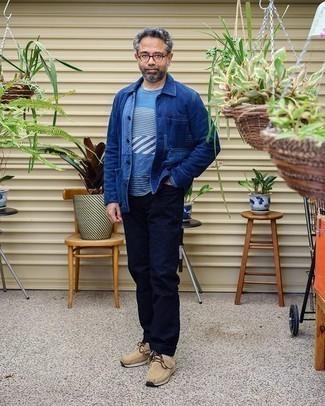 Comment porter des bottines chukka en daim beiges: Essaie d'harmoniser une veste-chemise en denim bleue avec un jean bleu marine pour une tenue idéale le week-end. Cet ensemble est parfait avec une paire de des bottines chukka en daim beiges.