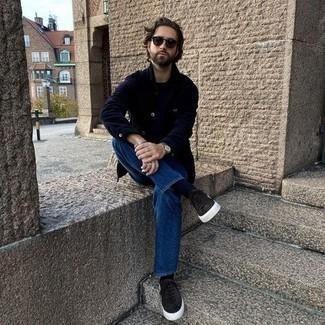 Comment porter un t-shirt à col rond noir à 30 ans: Pour une tenue de tous les jours pleine de caractère et de personnalité choisis un t-shirt à col rond noir et un jean bleu. Une paire de baskets basses en daim marron foncé est une option astucieux pour complèter cette tenue.