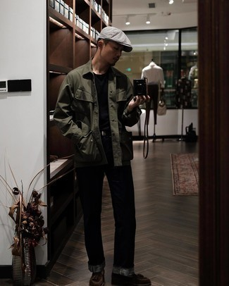Comment porter une ceinture en cuir noire: Pense à porter une veste-chemise olive et une ceinture en cuir noire pour un look idéal le week-end. Ajoute une paire de mocassins à pampilles en daim marron foncé à ton look pour une amélioration instantanée de ton style.