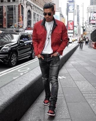 Tendances mode hommes: Essaie d'associer une veste-chemise rouge avec un jean déchiré gris foncé pour obtenir un look relax mais stylé. Tu veux y aller doucement avec les chaussures? Choisis une paire de baskets montantes en cuir rouge et noir pour la journée.