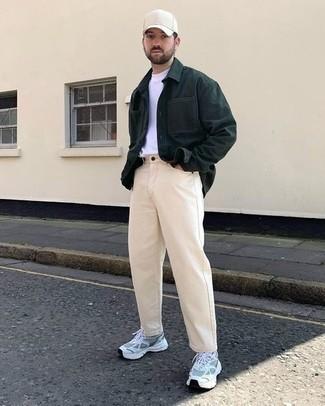 Tendances mode hommes: Opte pour une veste-chemise vert foncé avec un jean beige pour un look de tous les jours facile à porter. Tu veux y aller doucement avec les chaussures? Termine ce look avec une paire de chaussures de sport grises pour la journée.