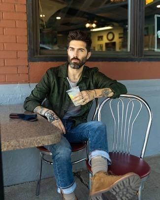 Comment porter des bottes de loisirs en daim marron: Opte pour une veste-chemise vert foncé avec un jean bleu marine pour un déjeuner le dimanche entre amis. Une paire de bottes de loisirs en daim marron est une option génial pour complèter cette tenue.