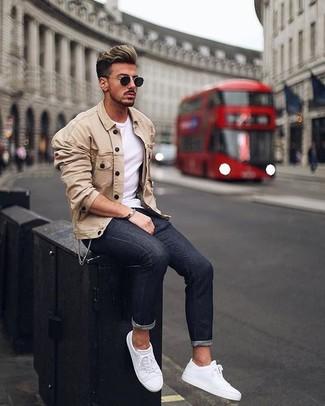 Comment porter: veste-chemise beige, t-shirt à col rond blanc, jean skinny noir, baskets basses en cuir blanches